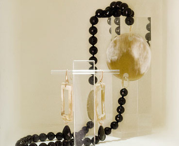 Necklace onyx and natural horn.
