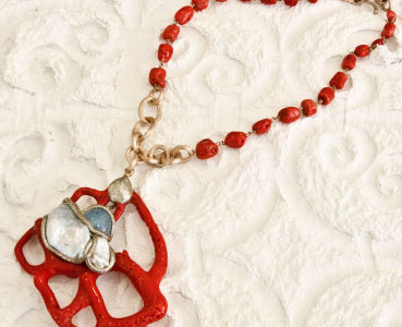 Necklace in coral and freshwater pearls.
