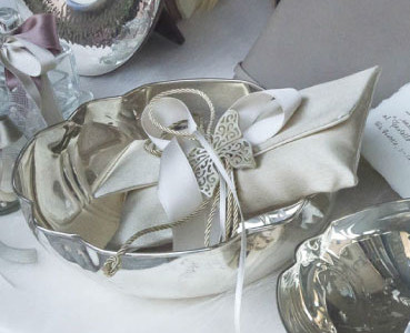 Bowls handmade silver, candy made with silk envelope containing sugared almonds, finished with satin ribbons and butterfly-shaped pendant with natural horn.