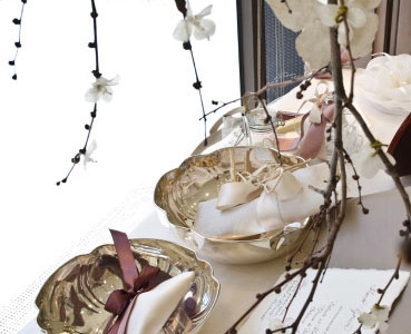 Silver bowls. Favors: linen and organza bags containing sweets, packaged with ribbons of satin or silk. Decoration: butterflies in rice paper.