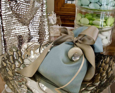 Bowl and vase in silver. Favor: silk bag containing sugared almonds tied with satin ribbons and shell finished in silver.