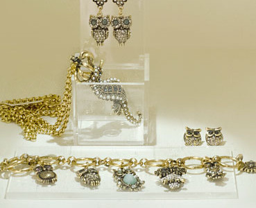 Chain with pendant 18 kt gold-plated, bracelet with charms and semi-precious stones.